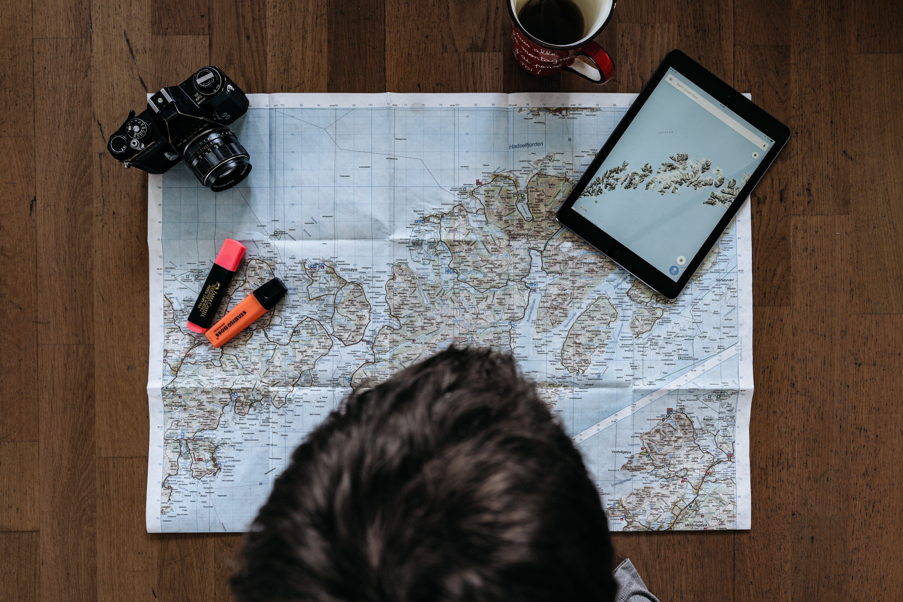 Man-looking-at-the-map-and-planning